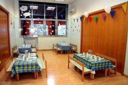 sala da pranzo con tavoli apparecchiati