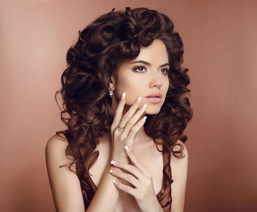 Donna con capelli castani e ricci
