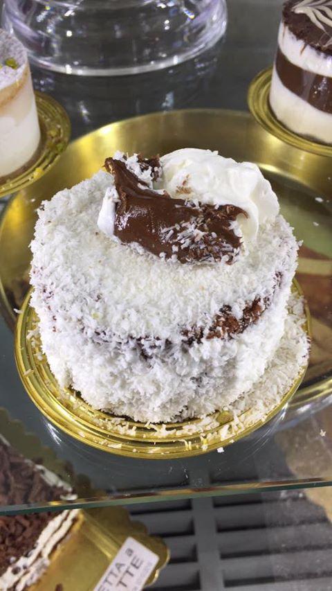 torta al cioccolato ricoperta di cocco