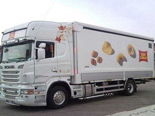 vista laterale di un camion bianco a marchio SAN CARLO