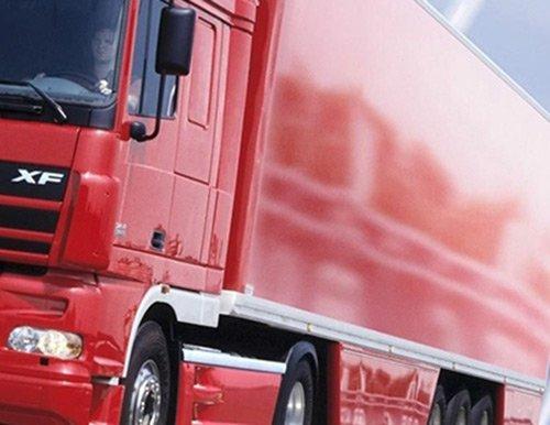 vista laterale di un camion rosso