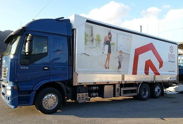 vista laterale di un camion a marchio GENIUS