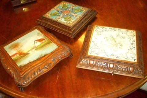 dei coperchi per scatole in legno con sopra dei dipinti di vari colori e disegni