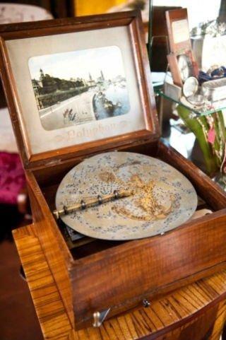 un carillon di legno con una fotografia