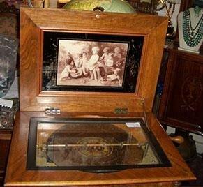 un carillon in legno con una foto