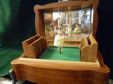 un carillon con una bambola ballerina al centro