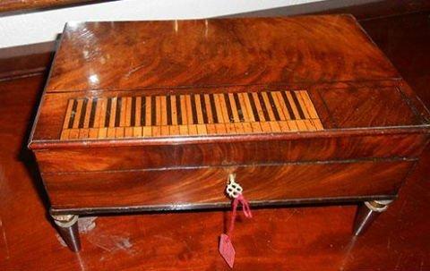 un carillon di legno con i tasti di  un pianoforte disegnati