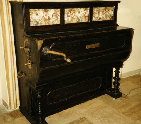 un pianoforte nero a manovella