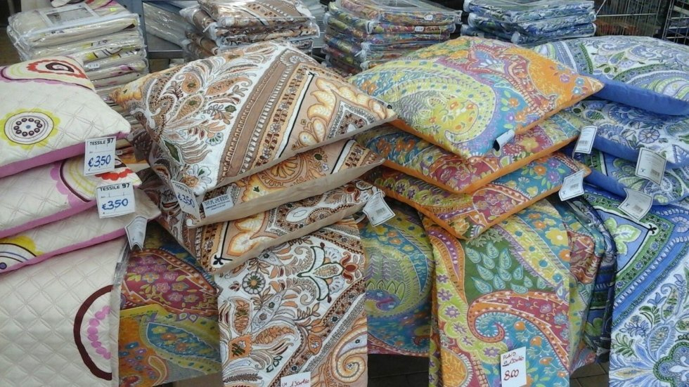dei cuscini di diversi colori e disegni