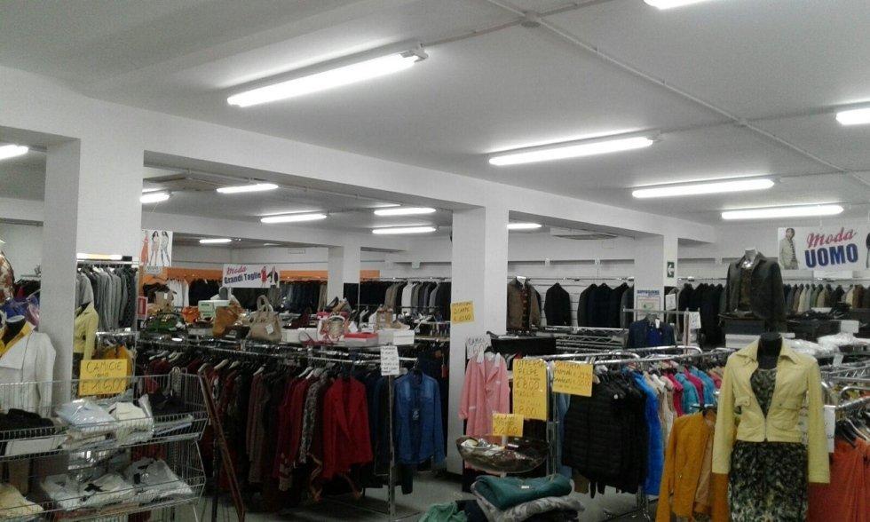 dell'abbigliamento in esposizione in un negozio