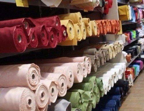 delle stoffe colorate negli scaffali
