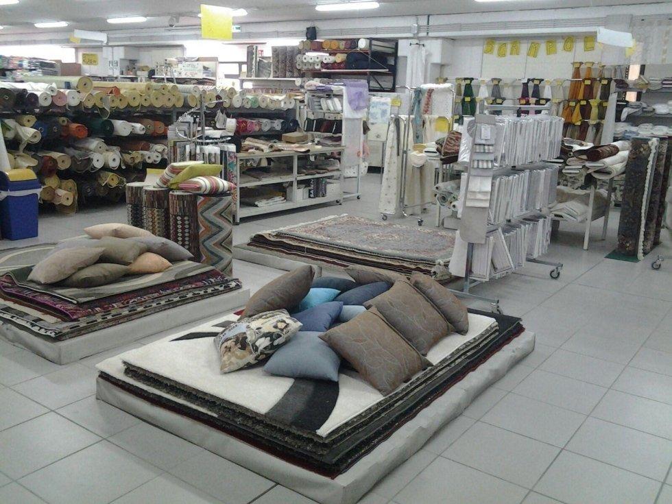 dei cuscini e delle stoffe in esposizione in un negozio