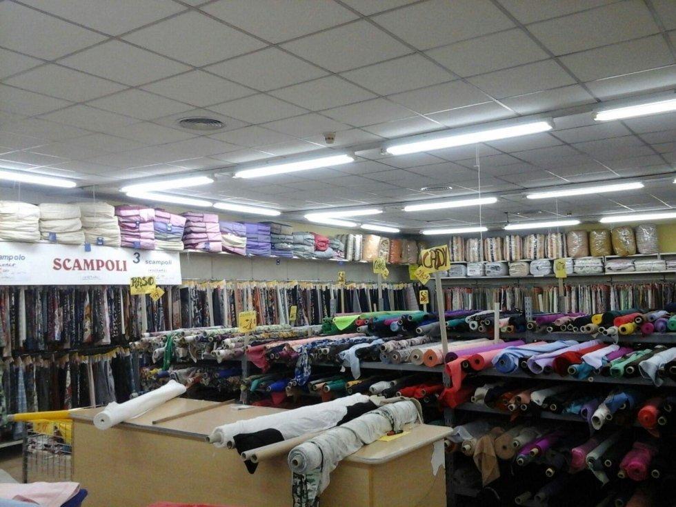 delle stoffe colorate esposte in un negozio