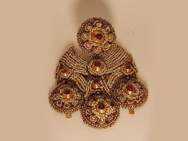 raro orecchino in oro, micro perle naturali e granate
