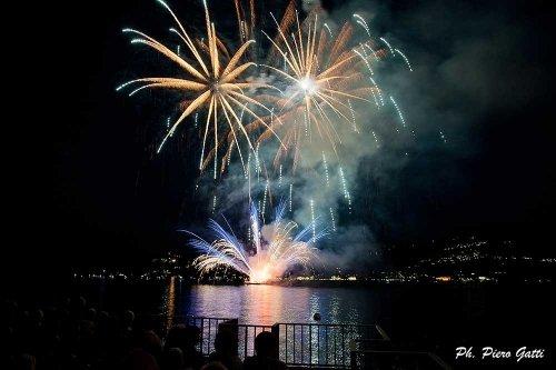 Fuochi d'artificio colorati sul lago