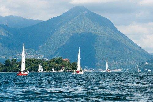 Imbarcazioni a vela nel lago