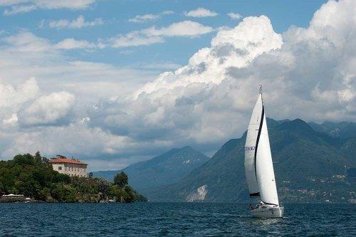 Imbarcazione che veleggiano sul lago