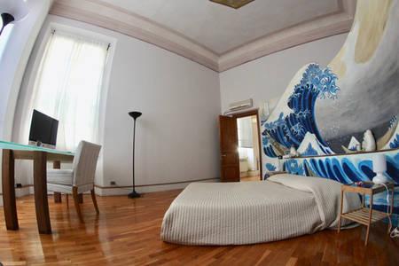 campo lungo di camera con letto matrimoniale e tavolo