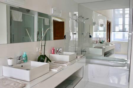 Bagno in marmo con vasca