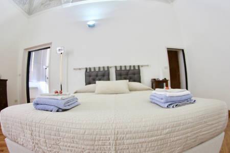 Ampia camera con letto matrimoniale