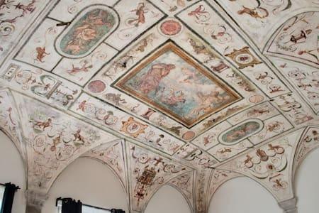 Dettaglio dal basso di un soffitto decorato con affreschi