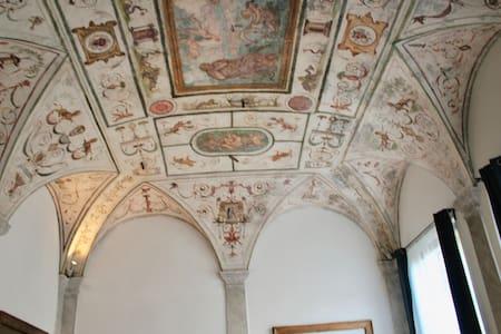 Stanza con archi e affreschi