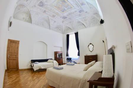 Camera da letto matrimoniale con volte affrescate
