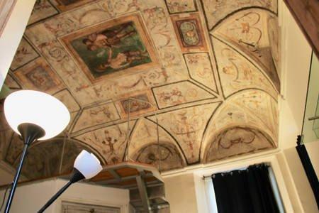 Camera con affreschi sul soffitto