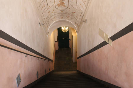 Vista in prospettiva di scale con soffitto a volta