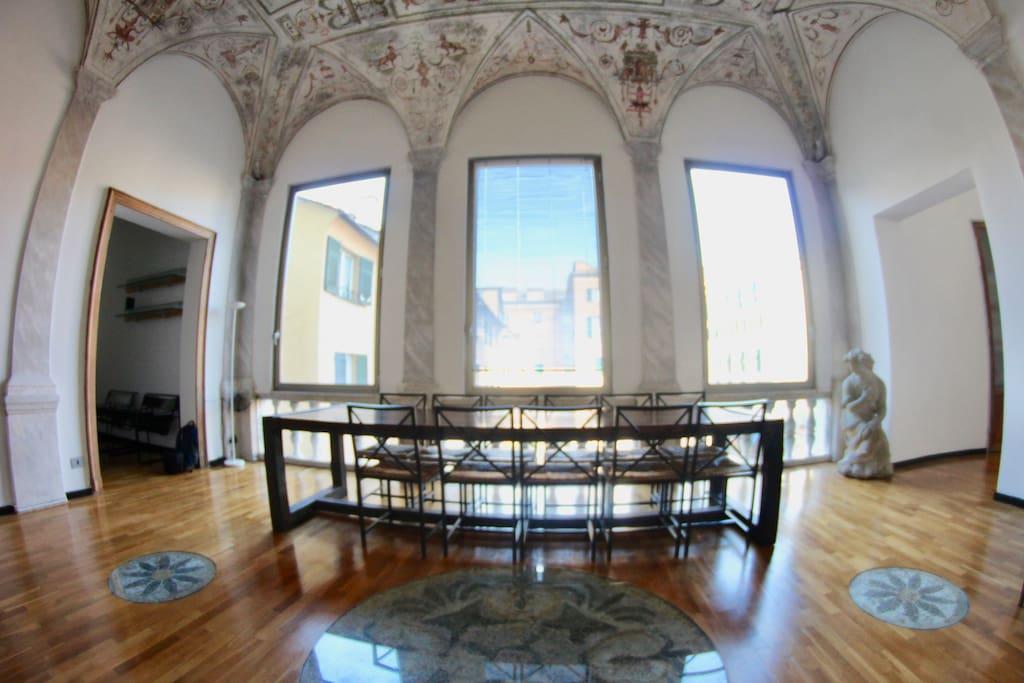Campo lungo di stanza con parquet, volte e soffitto affrescato