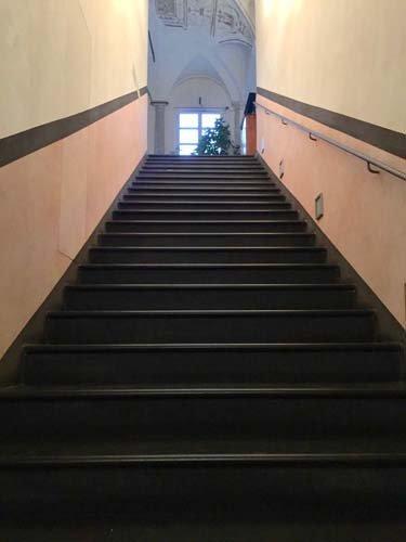 vista dal basso di scale interne