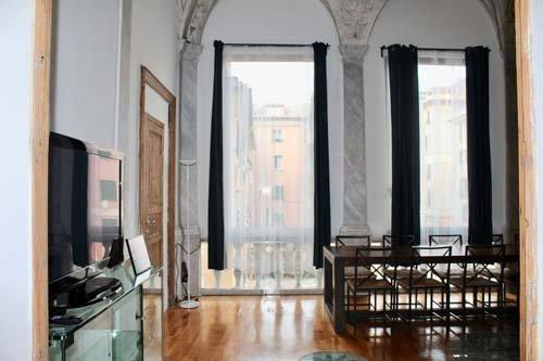 Stanza con tavolo e ampie finestre