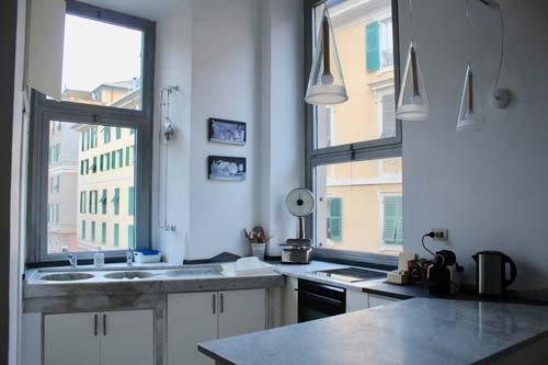Cucina attrezzata con lavandino e piano cottura