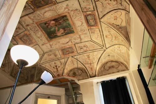 Dettaglio di stanza con soffitto a volta affrescato