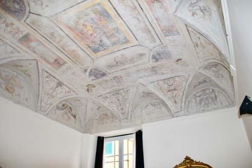 soffitto a volta con affreschi