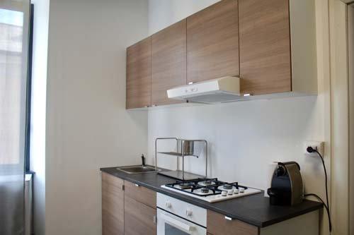 Cucina con piano cottura, forno e lavandino