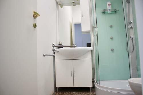 Dettaglio di bagno con lavabo e doccia