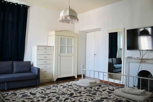 Camera con letto matrimoniale e armadio bianco