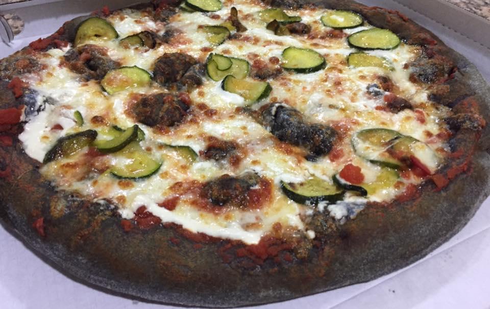 Pizza di carboni vegetali con zucchini