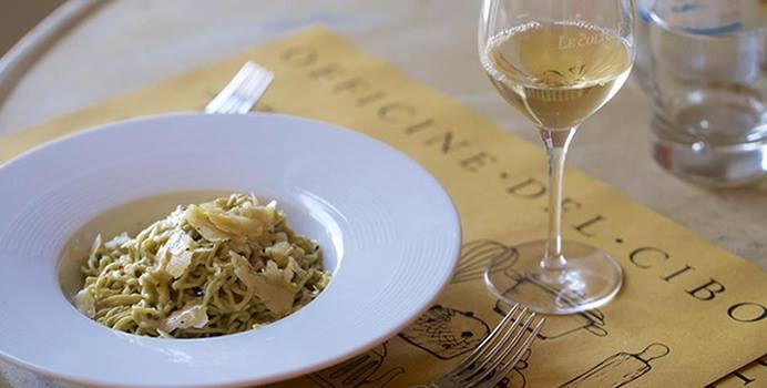 piatto tipico locale ligure con bicchiere di vino