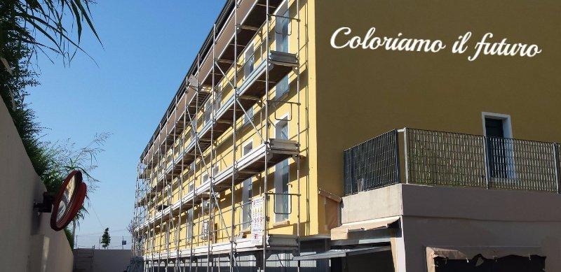 edificio giallo in ristrutturazione