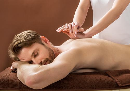 due mani che fanno un massaggio alla schiena a un uomo