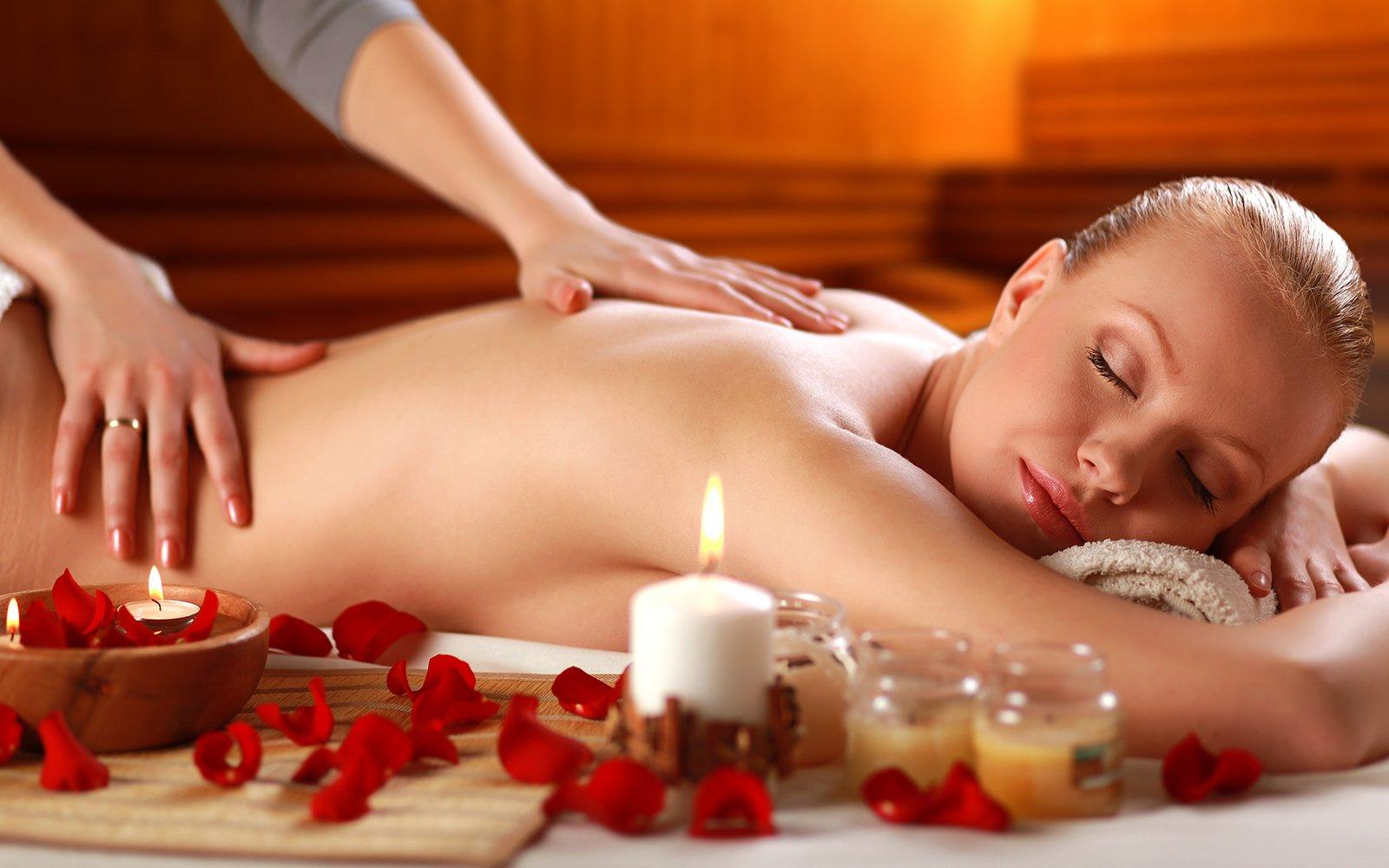 una donna a cui viene praticato un massaggio sulla schiena