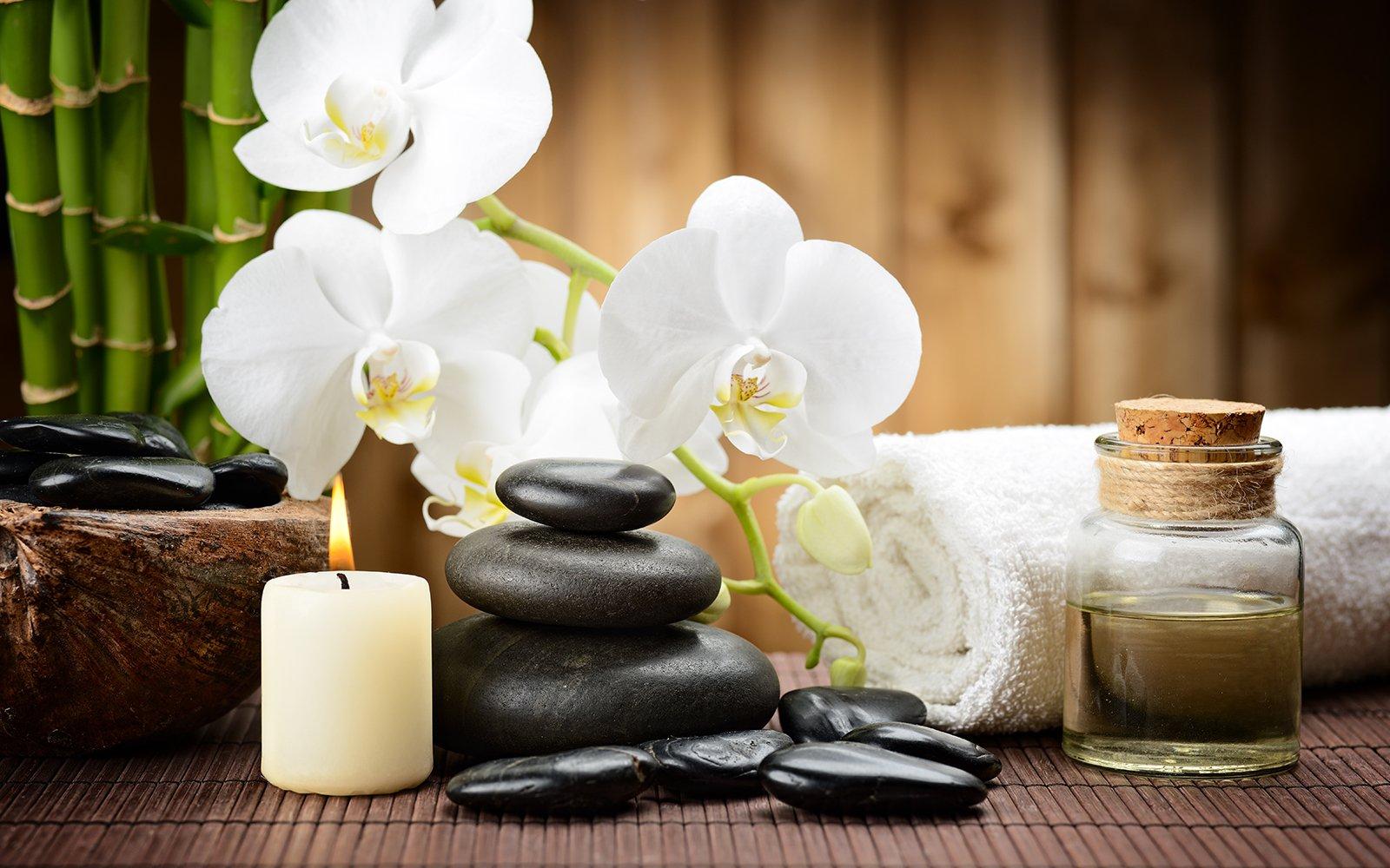 dei fiori bianchi, pietre,olii e candele