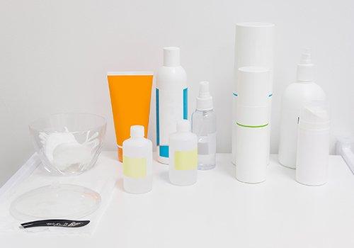 dei prodotti in bottiglietta e flacone