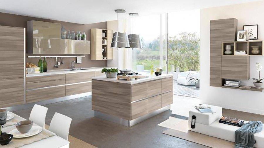cucina con pavimento e mobilio in legno chiaro in stile moderno