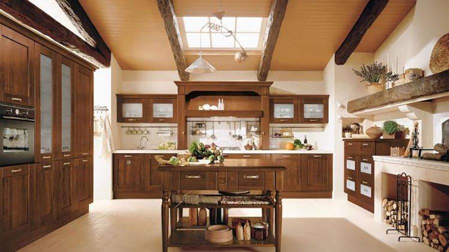 cucina con mobilio in legno in stile classico
