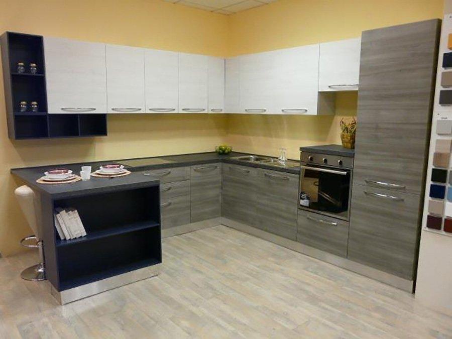 cucina con mobili grigi, bianchi e neri e muri gialli