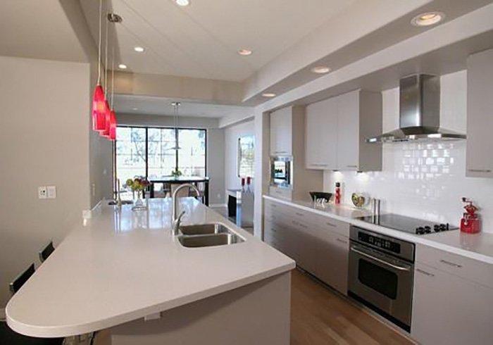 cucina con mobili bianchi e grigi