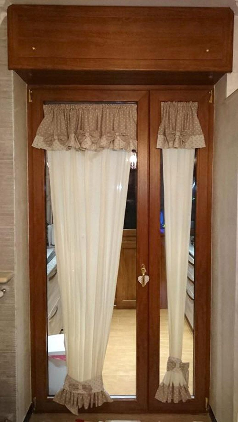 finestre e porte in legno con tende
